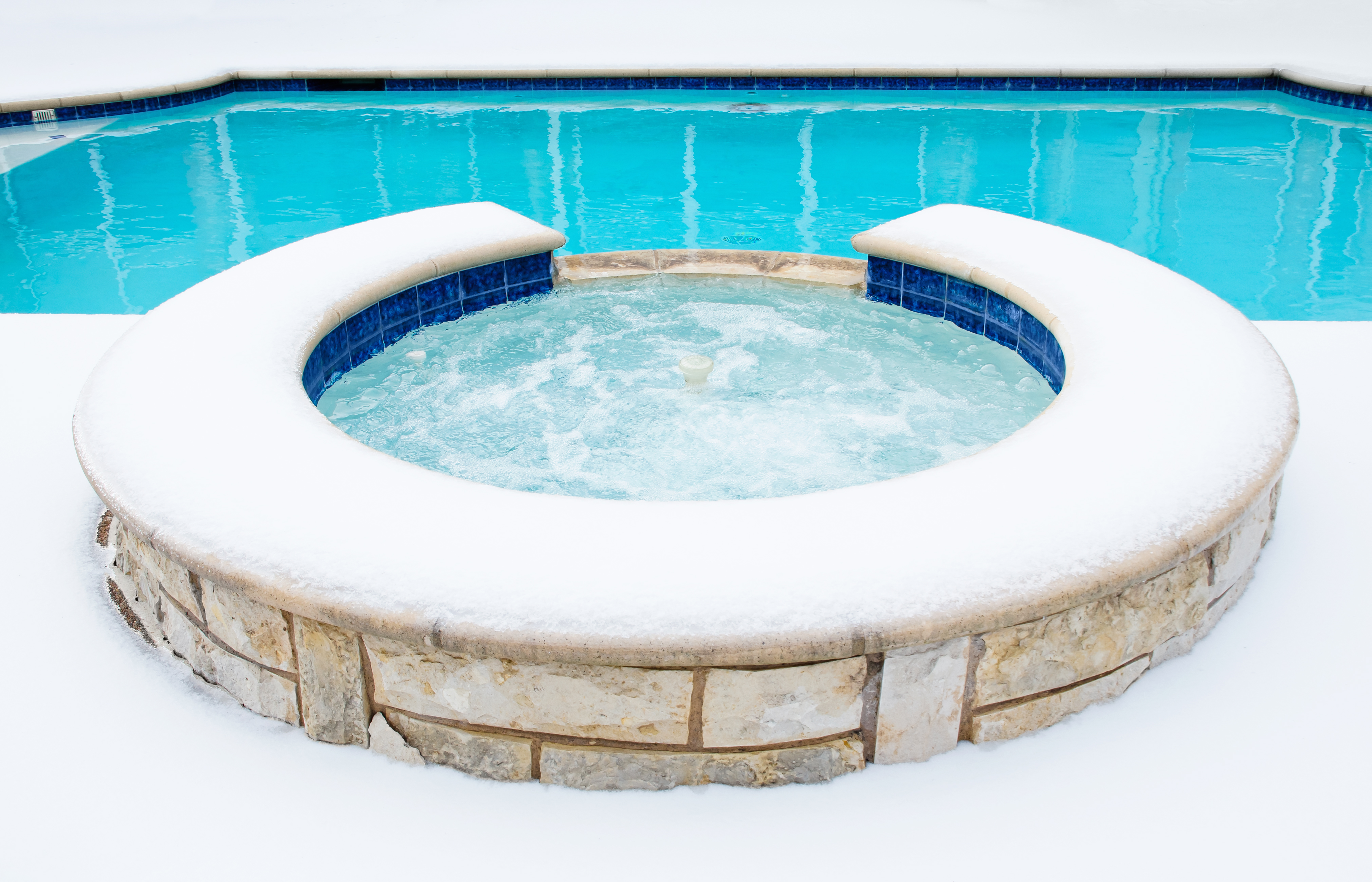 outdoor swimming pool round